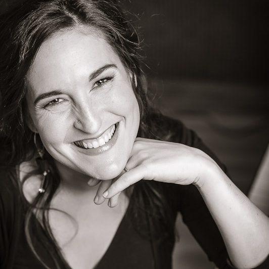 Roseline Blain - Pianiste & chef de choral  MUA: Nathalie Gravel
